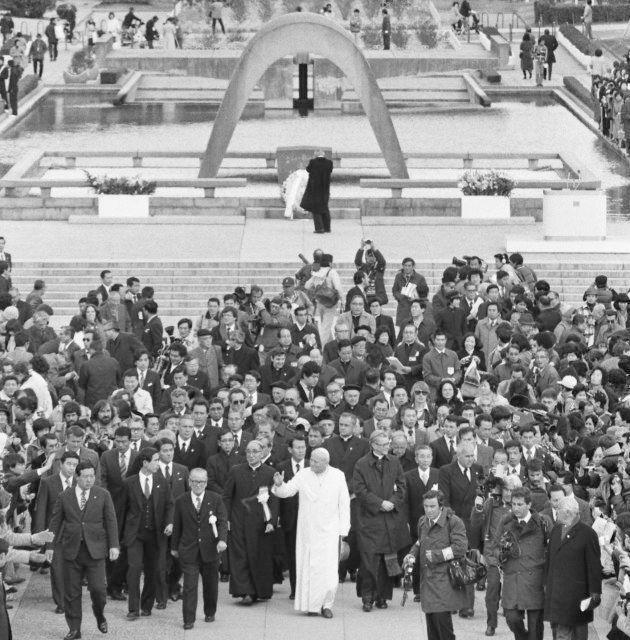 平和記念公園の慰霊碑前で「平和アピール」を発表するローマ法王ヨハネ・パウロ2世(広島市)