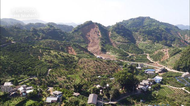 のどかな風景の真ん中に、大規模な土砂崩れの跡があった。
