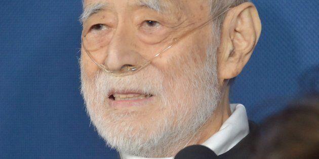 記者会見で質問に答える故朝丘雪路さんの夫で俳優の津川雅彦さん=5月20日、東京都港区