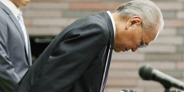辞任を表明し、頭を下げる日本ボクシング連盟の山根明会長(手前)=8月8日、大阪市北区