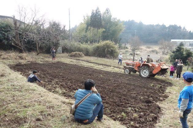 古民家近くの畑。3月のイベントでは一部を開墾し、じゃがいもを植えた