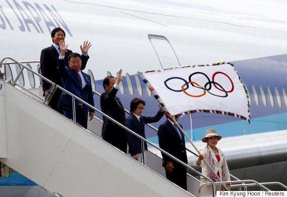 オリンピック旗が東京に到着 小池百合子知事「重そうに見えるけど...」