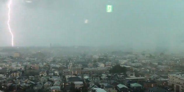 調布市から撮影された、ゲリラ豪雨での落雷の様子=提供・@jmz1429/Twitter