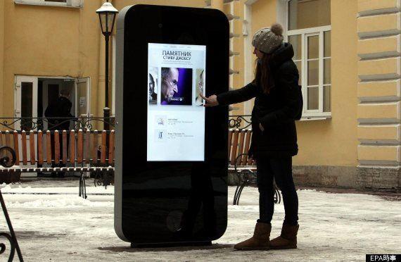 スティーブ・ジョブズ氏の記念碑、ロシアで撤去 ティム・クック氏の同性愛告白で【動画・写真】