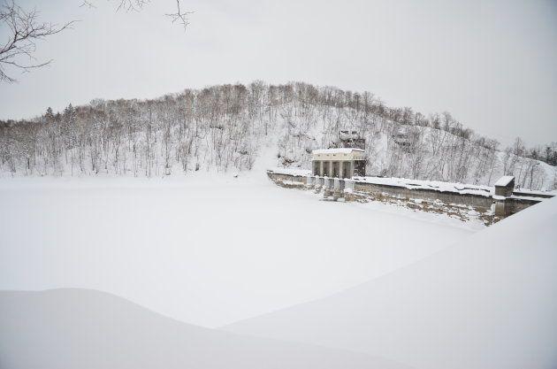 朱鞠内湖。冬には水面が凍る=北海道幌加内町