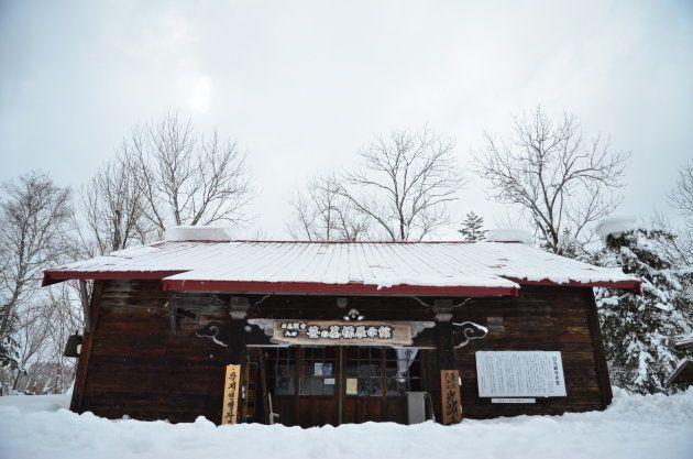 廃寺を改装した笹の墓標展示館。戦時中、過酷な労働に従事し、亡くなった労働者の遺骨などが保管されている=北海道幌加内町