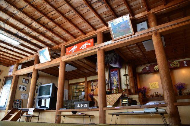 笹の墓標展示館の中。祭壇の一部が残るなど、寺だったころの趣が残る