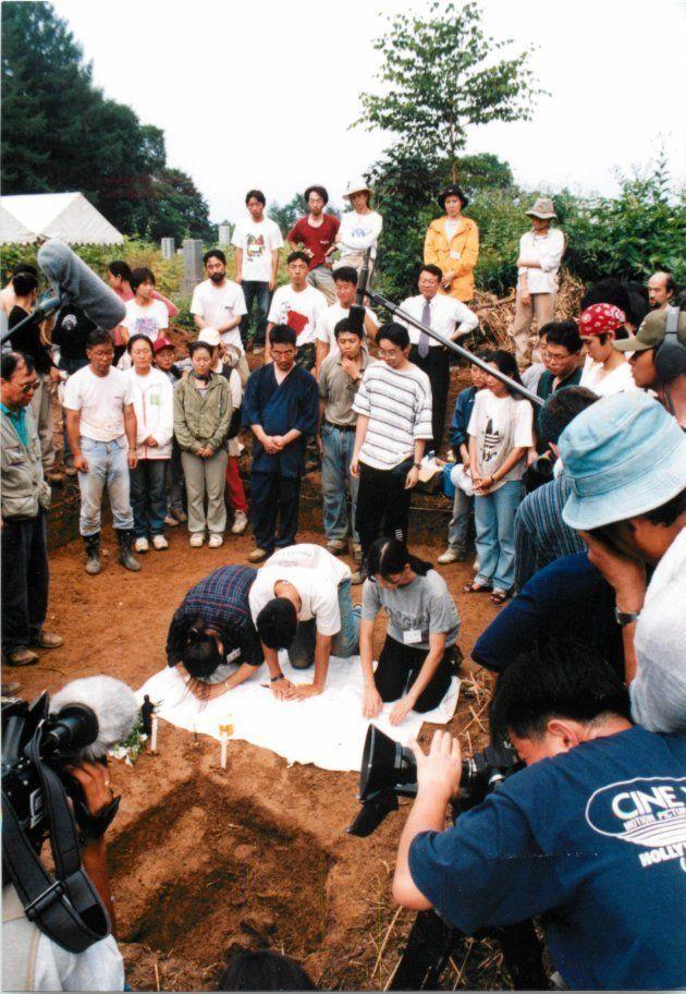 戦時中に過酷な労働に従事した人たちの遺骨が見つかり、死者を弔うワークショップの参加者たち
