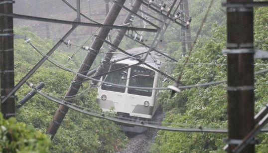 西武多摩湖線が脱線 土砂崩れで列車が立ち往生【画像】