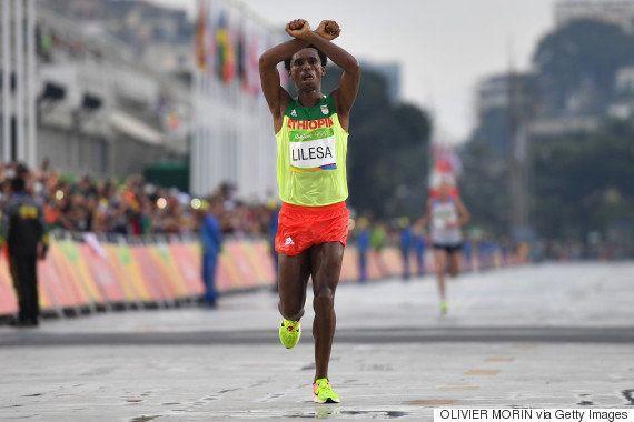男子マラソンの銀メダリスト、母国エチオピアに無言の抗議「私は殺されるかもしれない」(画像)