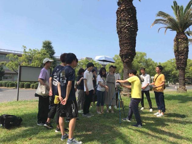 撮影する大崎さんと協力した岡山大学の学生たち