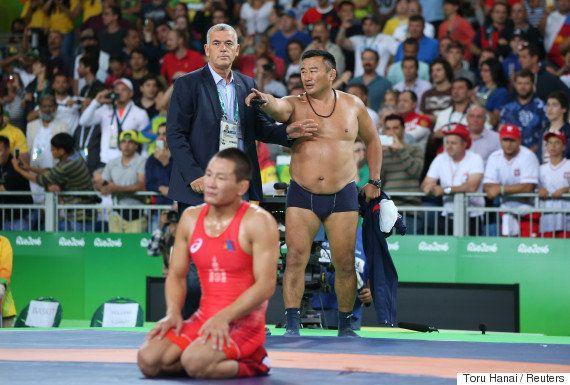 コーチが半裸で抗議 男子レスリングで判定不服、朝青龍も不満あらわ【リオオリンピック】