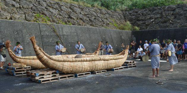 「3万年前の航海徹底再現プロジェクト」の草舟進水式で行われた笛、太鼓などによる魔よけの儀式=2016年07月11日、沖縄県与那国町