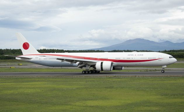航空自衛隊千歳基地に到着した新政府専用機「777―300ER」型機=17日午前