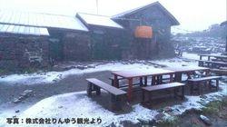 北海道で、まさかの初雪を観測。大雪山のロープウェイ運営会社が撮影