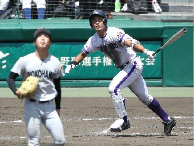8回裏金足農1死一、二塁、高橋佑輔(右)が逆転の3点本塁打を放つ。左は横浜先発の板川佳矢投手=8月17日、甲子園