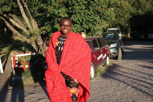 肌寒くなると、赤い布を羽織って歩く