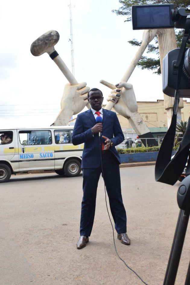 ニュースリポーターとして現地の様子を伝えている