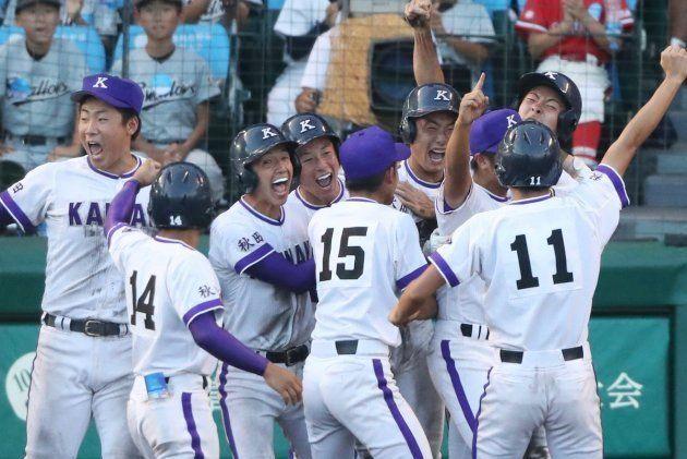 8月18日の準々決勝で近江(滋賀)にサヨナラ勝ちし、歓喜する金足農ナイン。左から4人目は吉田輝星。