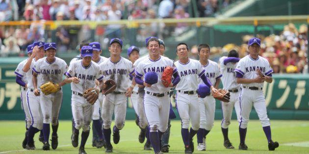 応援席にあいさつした後、笑顔を見せる吉田輝星(中央)ら金足農ナイン=8月20日、甲子園
