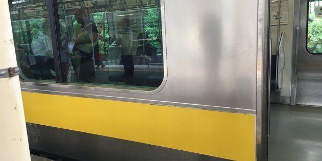 千駄ヶ谷駅で車両トラブルが発生した総武線の列車(木村結さん提供)