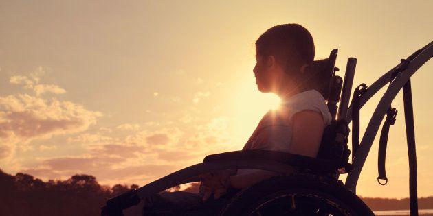 車椅子の少女のイメージ画像