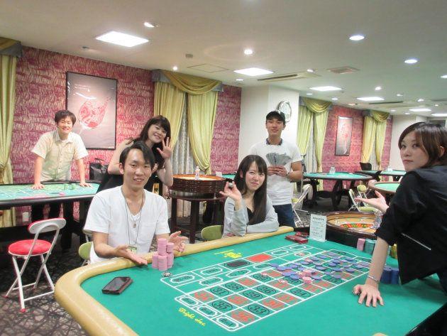 日本カジノスクールで学ぶ時田さん(左列真ん中)