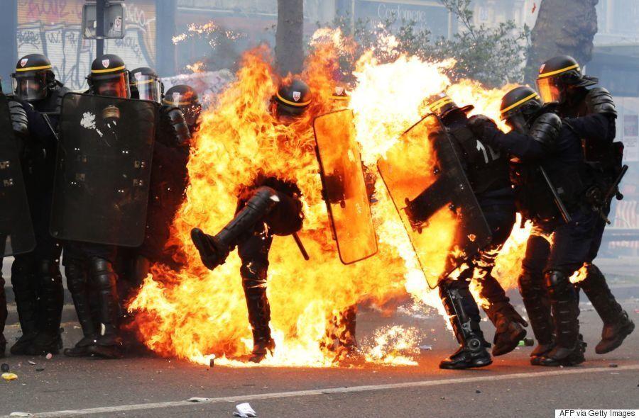 警官が火だるまに。フランス大統領選の反対デモが暴徒化