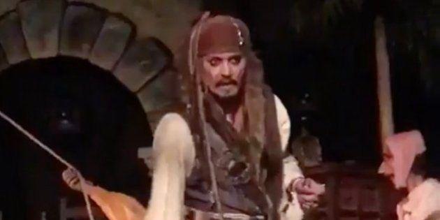 「カリブの海賊」にジョニー・デップ本人登場 米ディズニーランドで