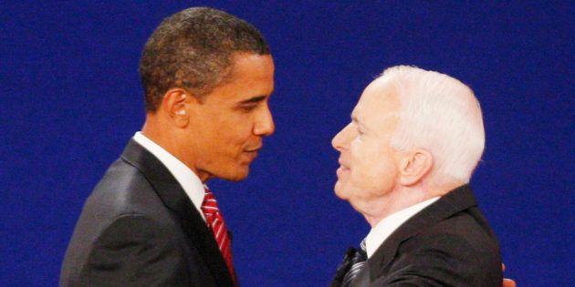 2008年の大統領選で討論前に握手を交わしたバラク・オバマ氏(左)とジョン・マケイン氏