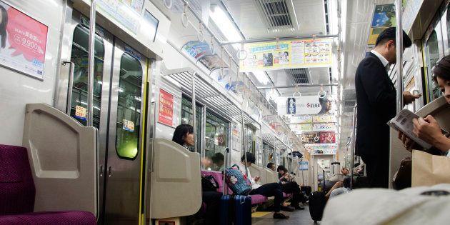 電車内のイメージ写真