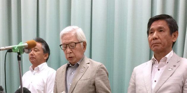 宮川紗江選手へのパワハラ問題で、第三者委員会を設置して調査することを表明した日本体操協会の二木英徳会長(中央)。右は具志堅幸司副会長=8月30日、東京都渋谷区