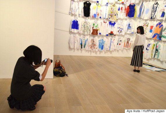 展示作品の前で写真撮影する参加者。インスタグラマー同士の交流も生まれていた。(N・S・ハルシャ
