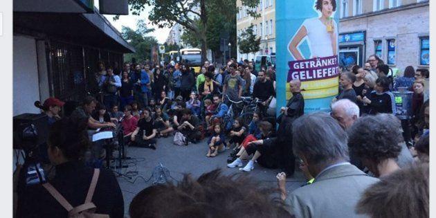 駅前でコンサートを開く音楽家たち。帰宅途中の人たちが足を止めて聴き入った=ベルリン