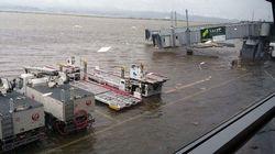 台風21号の接近で関空の滑走路が冠水。空港連絡橋にタンカーが衝突