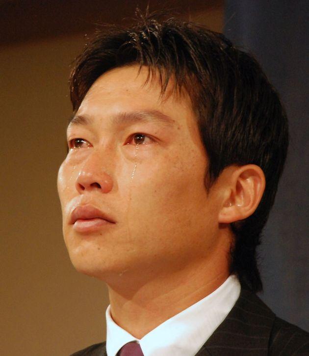 フリーエージェント(FA)を宣言、移籍の考えを明かし記者会見で涙を流す広島の新井貴浩(広島市内のホテル)=2007年11月