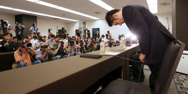 宮川紗江選手への暴力問題で記者会見を開き、頭を下げる速見佑斗コーチ(右)=9月5日午後、東京都港区
