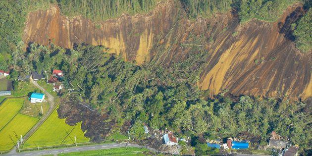 地震の影響で起きた大規模な土砂崩れの現場=6日午前、北海道厚真町上空