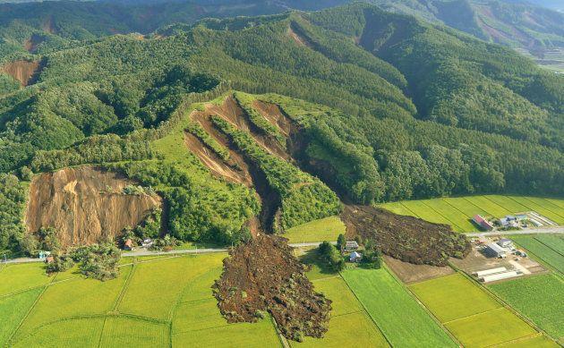 地震により土砂崩れが発生した北海道厚真町の山肌=6日午前、同町上空