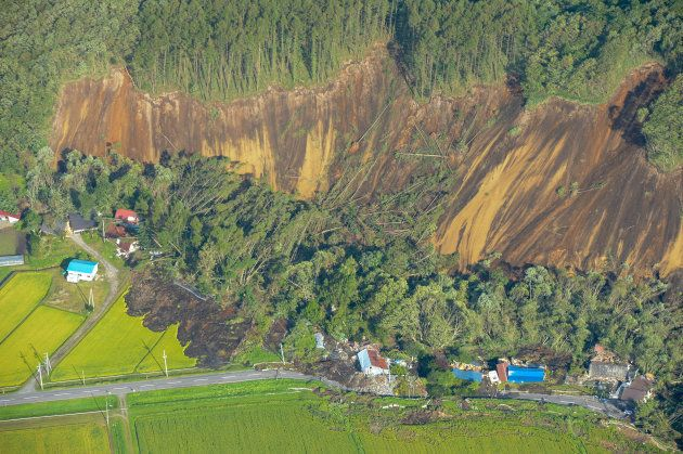 地震の影響で起きた大規模な土砂崩れの現場=北海道厚真町上空