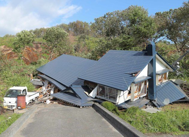 土砂崩れで倒壊した家屋=北海道厚真町