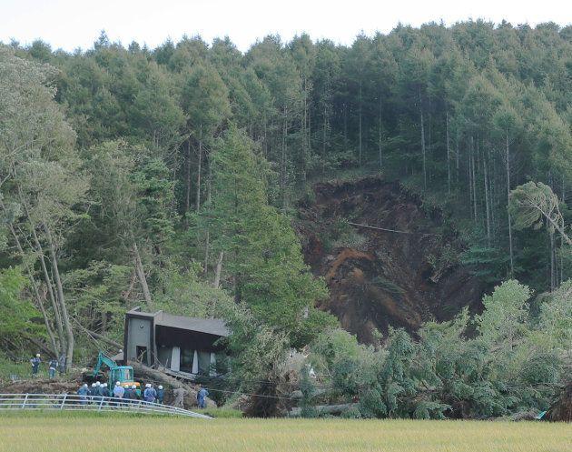 地震の影響で裏山が崩れた現場、北海道厚真町吉野地区