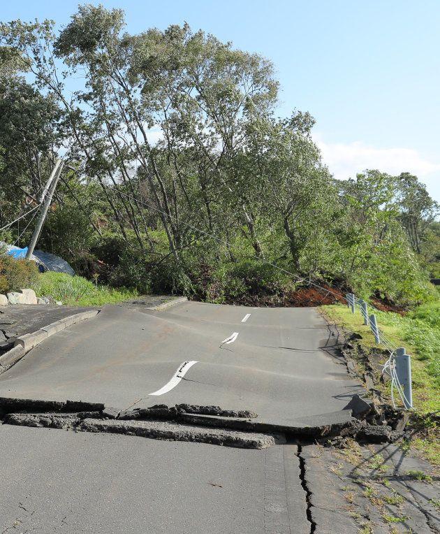 地震の影響で、波打つ道路=北海道厚真町