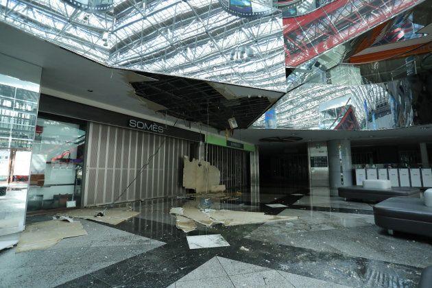 崩れた新千歳空港の天井