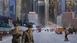 北朝鮮のプロパガンダ芸術に、現実の写真を重ねてみたら(画像)