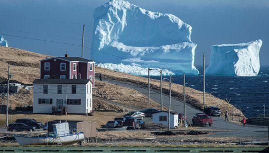 巨大氷山、タイタニック号が沈没した航路に出現(動画)