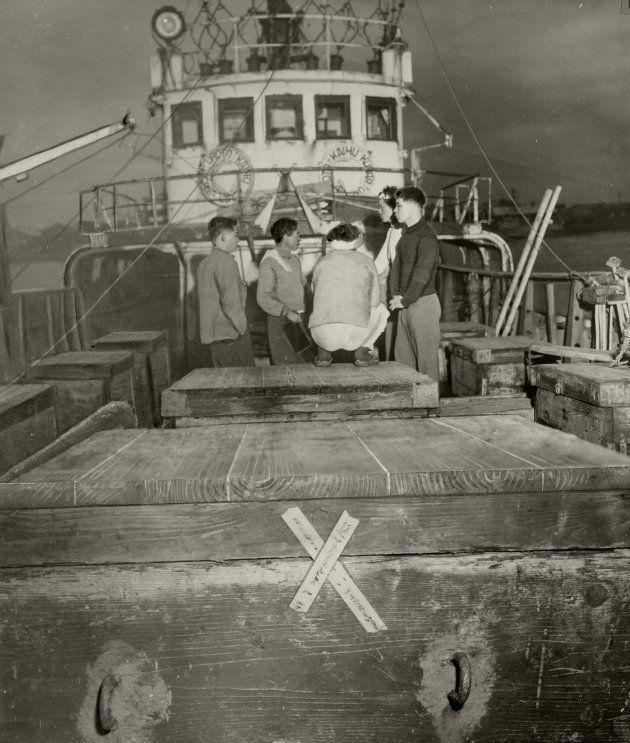 東京都は1954年4月8日、築地の魚市場に前夜入港した高知県室戸港在籍の第5海福丸を検査した。船体や乗組員の手袋、マグロの内臓などから高い放射能を検出、これらの魚に廃棄処分を命じ、封印した。第5海福丸はビキニ東方約600マイルで操業したという=朝日新聞、1954年4月9日朝刊より