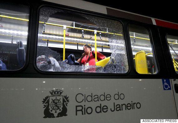 報道陣のバスに銃撃?