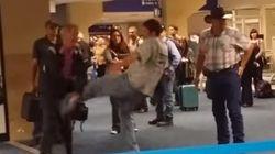 同性愛者へのヘイトスピーチを叫び続ける男を、群衆が取り押さえた(動画)
