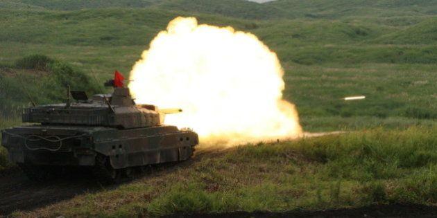 富士総合火力演習で10式戦車ら集結 国内最大級の陸上自衛隊の訓練